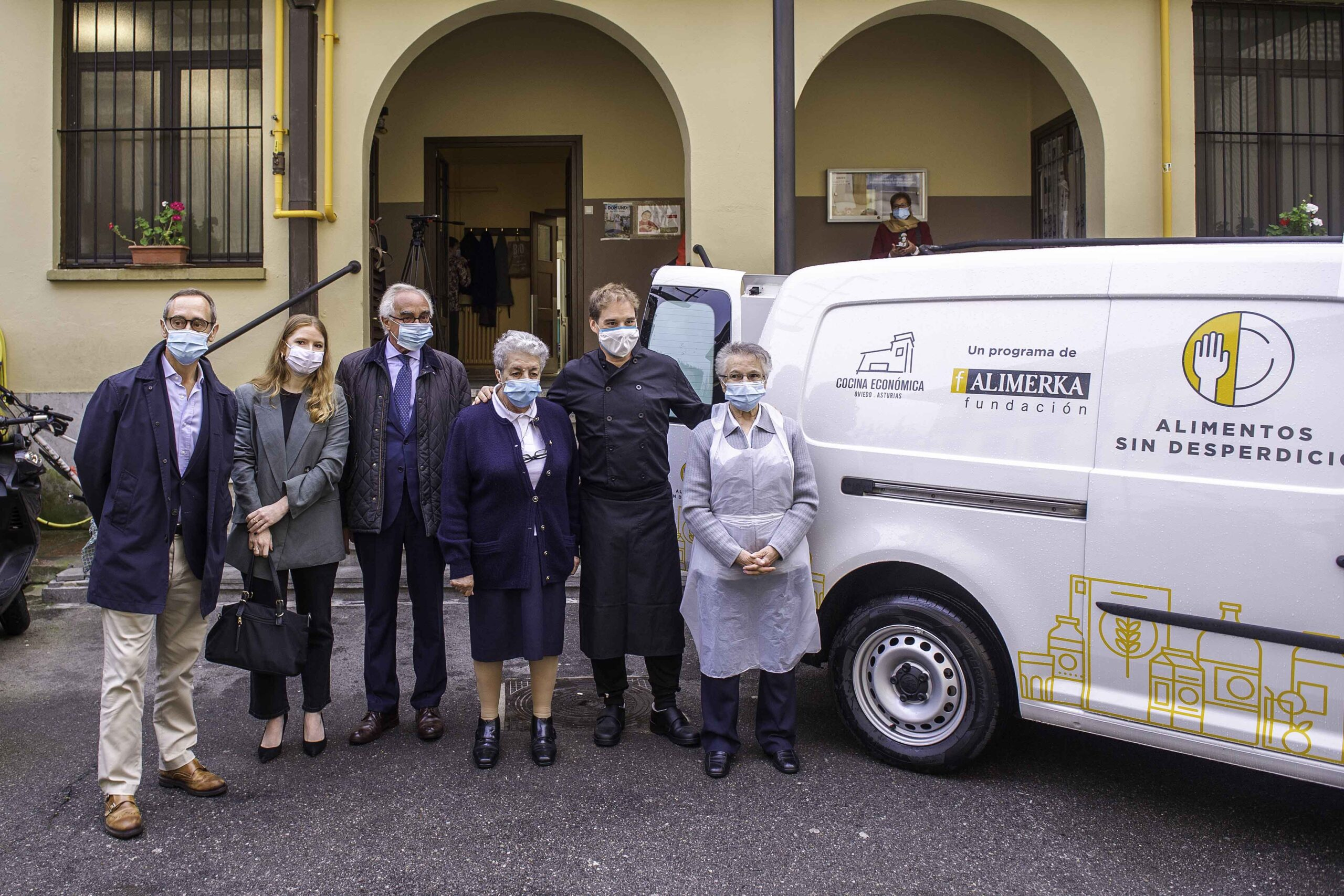 La Cocina Económica de Oviedo recibe una furgoneta donada por la Fundación Alimerka